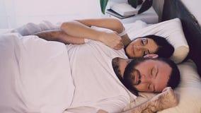 睡觉在丈夫和妻子旁边的男人和妇女 股票录像