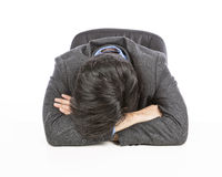 睡觉在书桌上的疲乏的商人 免版税库存图片