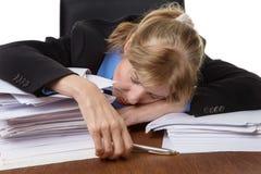睡觉在书桌上的被用尽的女实业家 库存照片