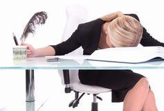 睡觉在书桌上的年轻女实业家 库存图片