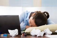 睡觉在书桌的女实业家 免版税图库摄影