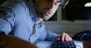 睡觉在书桌的疲乏的年轻白种人男性执行委员侧视图在一个现代办公室4k 股票视频