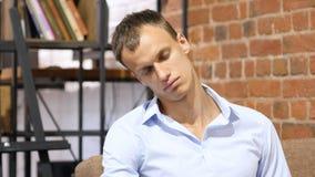 睡觉在他的办公室的疲乏的商人 免版税库存照片