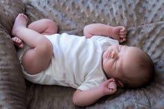 睡觉在他的后面顶视图的新出生的婴孩全长 库存照片