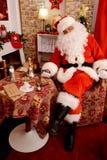 睡觉在他的家的圣诞老人 库存照片