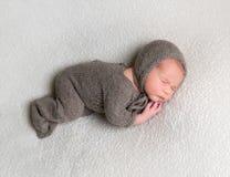 睡觉在他的边的梦想的男婴 库存照片