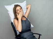睡觉在办公室椅子的女商人 库存图片