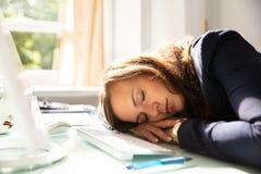 睡觉在办公室的女实业家 库存图片