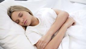 睡觉在医院病床,消遣梦想,医疗保健上的病的患者,休息 库存照片