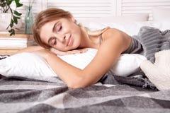 睡觉在卧室的美丽的女孩 免版税库存图片