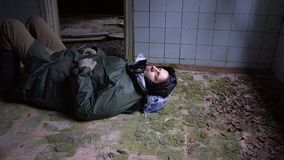 睡觉在地板上的病的无家可归的人 股票录像