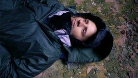 睡觉在地板上的病的无家可归的人 影视素材