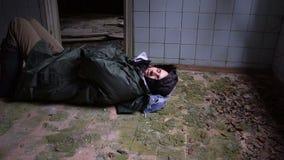 睡觉在地板上的病的无家可归的人 股票视频