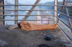 睡觉在天桥的人 免版税库存图片