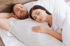 睡觉在她的人的胸口的天堂般的秀丽的浅黑肤色的男人 免版税库存照片