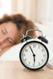 睡觉在她的卧室的美丽的愉快的妇女早晨 免版税库存照片