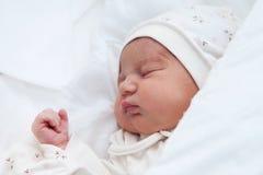 新出生的女孩在产科医院 免版税库存照片
