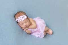 睡觉在她的肚子的女婴 免版税库存照片