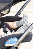 睡觉在婴儿推车的新出生的婴孩户外 免版税库存图片