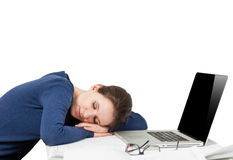 睡觉在工作地点的疲乏的少妇画象  库存图片