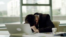 睡觉在工作地点 股票视频