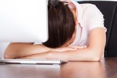 睡觉在工作场所的女实业家 库存图片