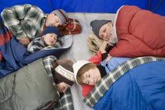 睡觉在帐篷的家庭 免版税库存图片