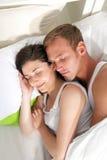 睡觉在床上的夫妇画象  免版税图库摄影