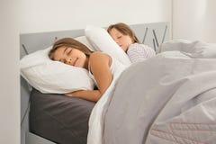 睡觉在床上的女孩 免版税库存照片