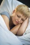 睡觉在床上的妇女特写镜头 图库摄影