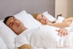 睡觉在床上的家庭夫妇 库存图片