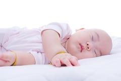 睡觉在床上的新出生的女婴 免版税库存图片
