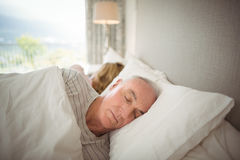 睡觉在床上的资深夫妇 免版税库存图片