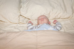 睡觉在床上的婴孩 免版税图库摄影