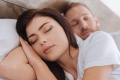 睡觉在床上的年轻浪漫夫妇画象  库存图片