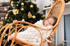 睡觉在摇椅的女孩 免版税库存照片