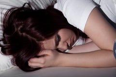 睡觉在晚上的妇女 免版税库存图片