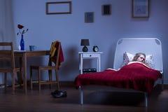 睡觉在暗室的妇女 免版税库存图片