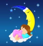 睡觉在月亮的逗人喜爱的小女孩 免版税库存图片