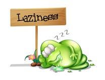 睡觉在木牌附近的一个懒惰妖怪 免版税库存照片