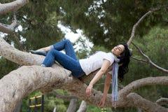 睡觉在树的俏丽的妇女在工作和有以后麻烦睡觉 库存照片