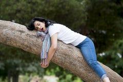 睡觉在树的俏丽的妇女在工作和有以后麻烦睡觉 图库摄影