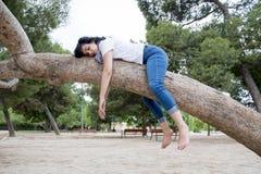 睡觉在树的俏丽的妇女在工作和有以后麻烦睡觉 免版税库存照片