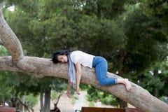 睡觉在树的俏丽的妇女在工作和有以后麻烦睡觉 库存图片
