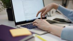 睡觉在桌上的年轻俏丽的学生由膝上型计算机 影视素材