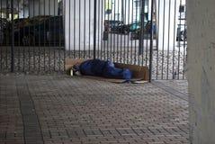 睡觉在桥梁下的无家可归者 免版税库存照片