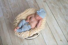 睡觉在桶的男婴 图库摄影