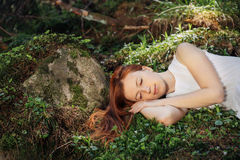 睡觉在森林里的妇女 免版税库存照片
