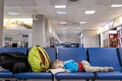 睡觉在椅子的孩子 库存图片
