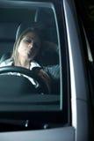 睡觉在汽车的被用尽的妇女 图库摄影
